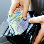 A furat un portofel plin cu bani