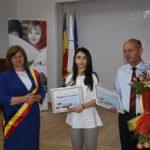 Eleva de 10, Teodora Baraian, premiata de primarul Aurelia Fedorca (Foto)