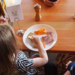 Mai gândiți-vă dacă va lăsați copiii sa mănânce la cantine sau sa își cumpere mâncare de la chioscurile scolare