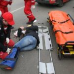Femeie luata pe capota de o mașina. A fost dusa la spital