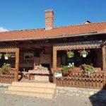 Satul de la poalele munţilor, unde tradiția se împletește cu noul