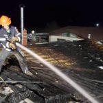 Pompierii au oprit prapadul. Incendiu stins cu apa din piscina
