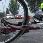 Biclista lovita de o masina. Șoferul a fugit de la locul accidentului