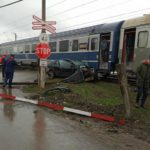 Mașina lovita de tren. Doua victime dintre care una posibil decedata (Foto)