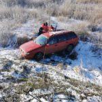 A iesit cu masina in decor. O femeie a suferit un traumatism la coloana (Foto)
