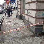 Pericol iminent. Cad bucăți de tencuiala de pe balcon (Foto)