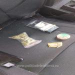 Marijuana descoperită în torpedoul unei masini (Foto)
