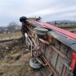 Duba rasturnata pe calea ferata. Șoferul rănit (Foto)