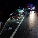 A intrat cu mașina într-un TIR. Doi răniți (Foto)
