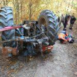 Un bărbat a murit după ce s-a răsturnat cu tractorul