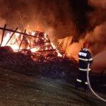 Un grajd a luat foc în Alba
